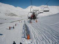 unos telefericos en una pista de nieve