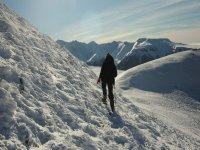 caminando por la nieve con raquetas de nieve
