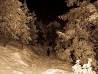 hombre caminando por la nieve