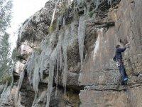 hombre escalando en una pared natural
