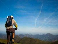 Tu y tu bici de montaña ante los Pirineos