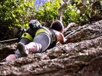 Aprendiendo a escalar en el campamento