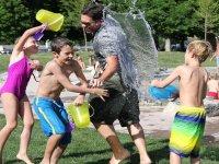 Jugando con agua en el campamento