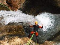 穿过瀑布的峡谷下降
