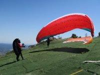 即将起飞滑翔伞