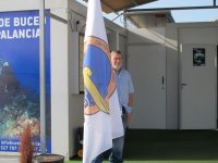 hombre junto a la bandera de costa palancia