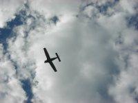 avioneta surcando las nubes