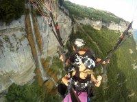 Volando junto a la cascada
