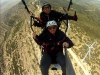 Volando sobre parque eolico
