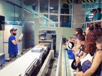 Explicando como se procesa el pescado en Castellon