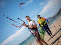 拿着风筝从沙子里
