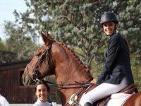 dos jovenes junto a un caballo