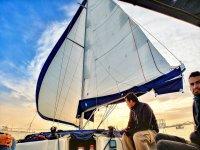 Tripulación del velero con la puesta de sol
