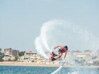 Giro de flyboard entre el mar y la moto