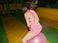 跳上粉红色的球
