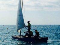 jovenes a contraluz en un velero