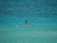 hombre navegando mientras practica paddle surf