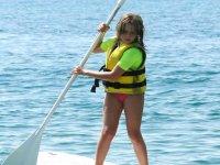 nina aprendiendo a navegar en paddle surf