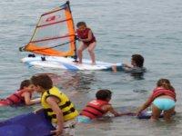 ninos aprendiendo windsurf