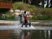 控制水的年轻车手马