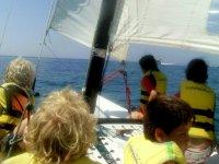 ninos navegando en un velero