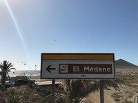 学生夕阳标志风筝风筝在埃尔梅达诺海滩指示