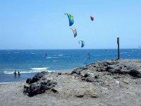 几个风筝在海
