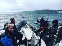 Submarinistas en barco en Malpica