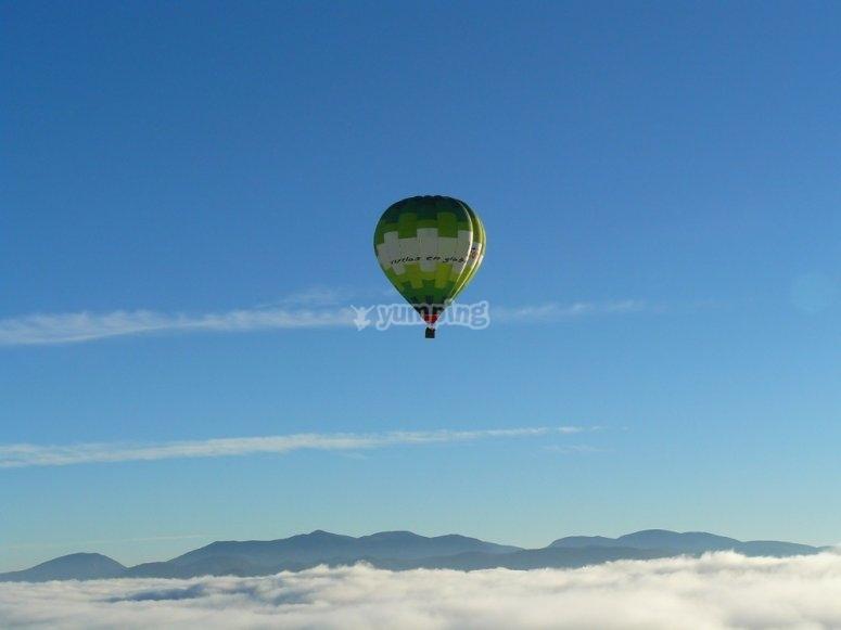 在安特克拉周围的气球飞行
