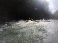 Remando en los rápidos del río