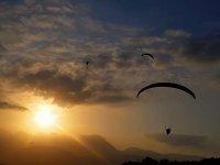 在拉穆埃拉(La Muela)滑翔伞