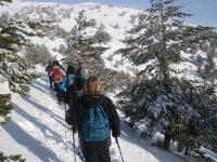 caminando por la montana nevada