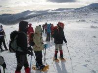 grupo de amigos en la nieve mientras caminan en un dia soleado