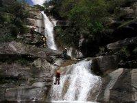 bajando por una cascada