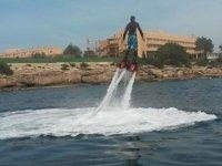 uomo sulla schiena praticando flyboard