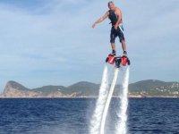 uomo godendo praticando flyboard