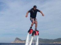 sorvolando il mare praticando flyboard