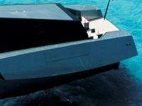 barco amarrado en la sombra