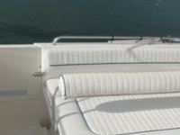 cubierta de un barco con colchonetas blancas
