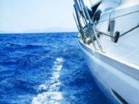 lateral de un barco con el mar de fondo