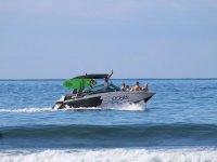 Paseo en barco practicando wakesurf