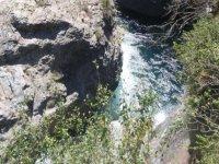 Cauce entre las rocas