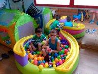 Jugando en la piscina de bolas hinchable