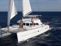 familia a bordo de un catamaran