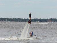 observando como la chica practica flyboard