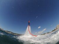 practicando flyboard con oleaje