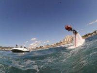 practicando flyboard mientras una lancha tira de el
