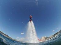 practicando flyboard en el mar