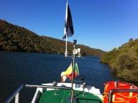 parte trasera de una embarcacion entre paisajes naturales