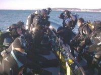 grupo de buceadores a punto de introducirse en el agua
